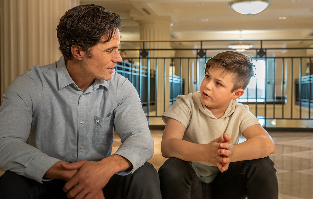 A CASA volunteer explains the court processto a child he is advocating for.